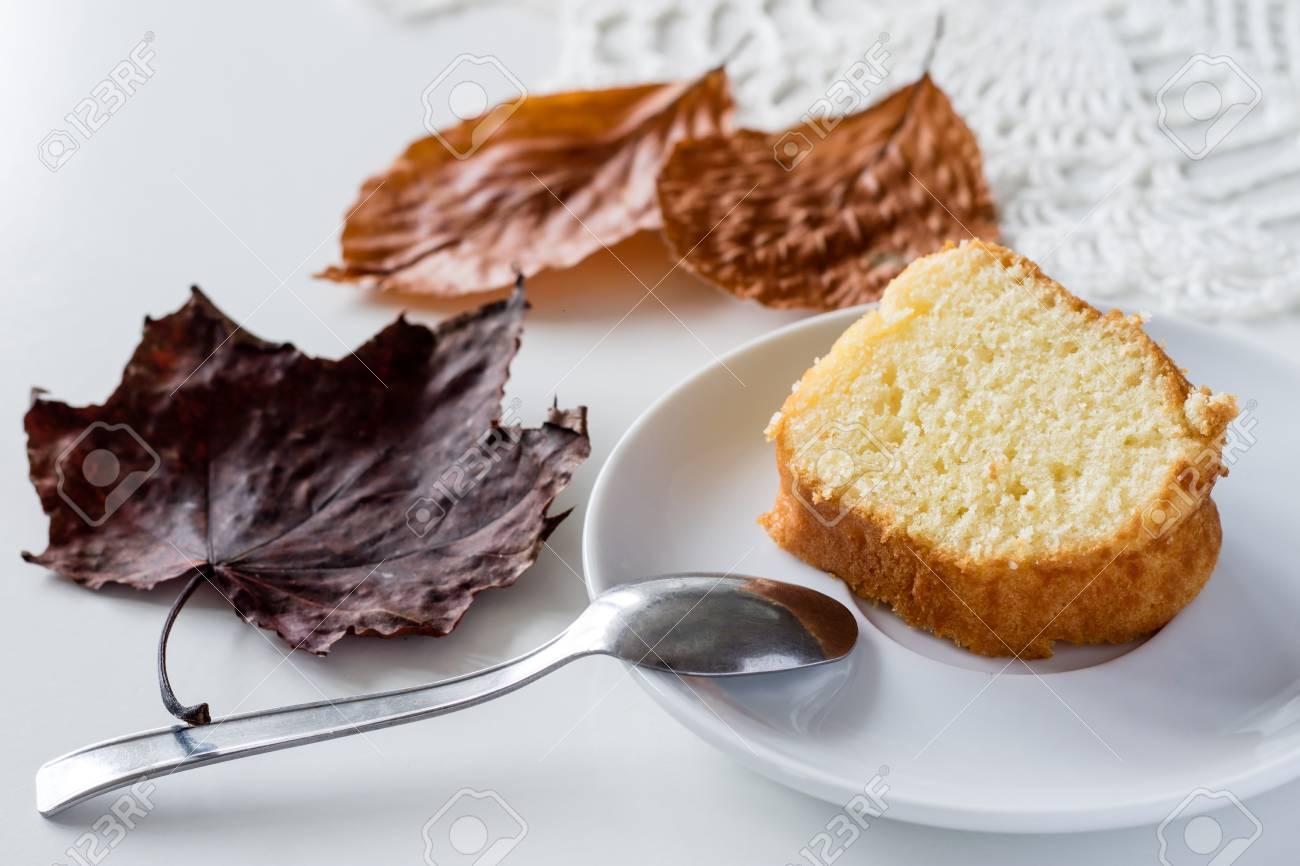 Ein Herbstlicher Tag Eine Tasse Leckeren Tee Und Kuchen Neben