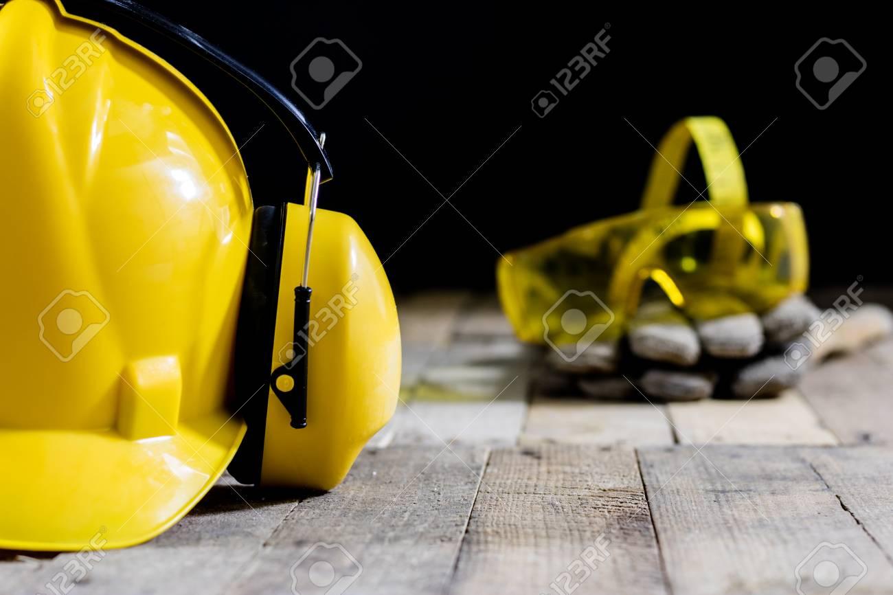 helm, gehörschutz, werkzeug, werkstatttisch. sicherheitsausrüstung