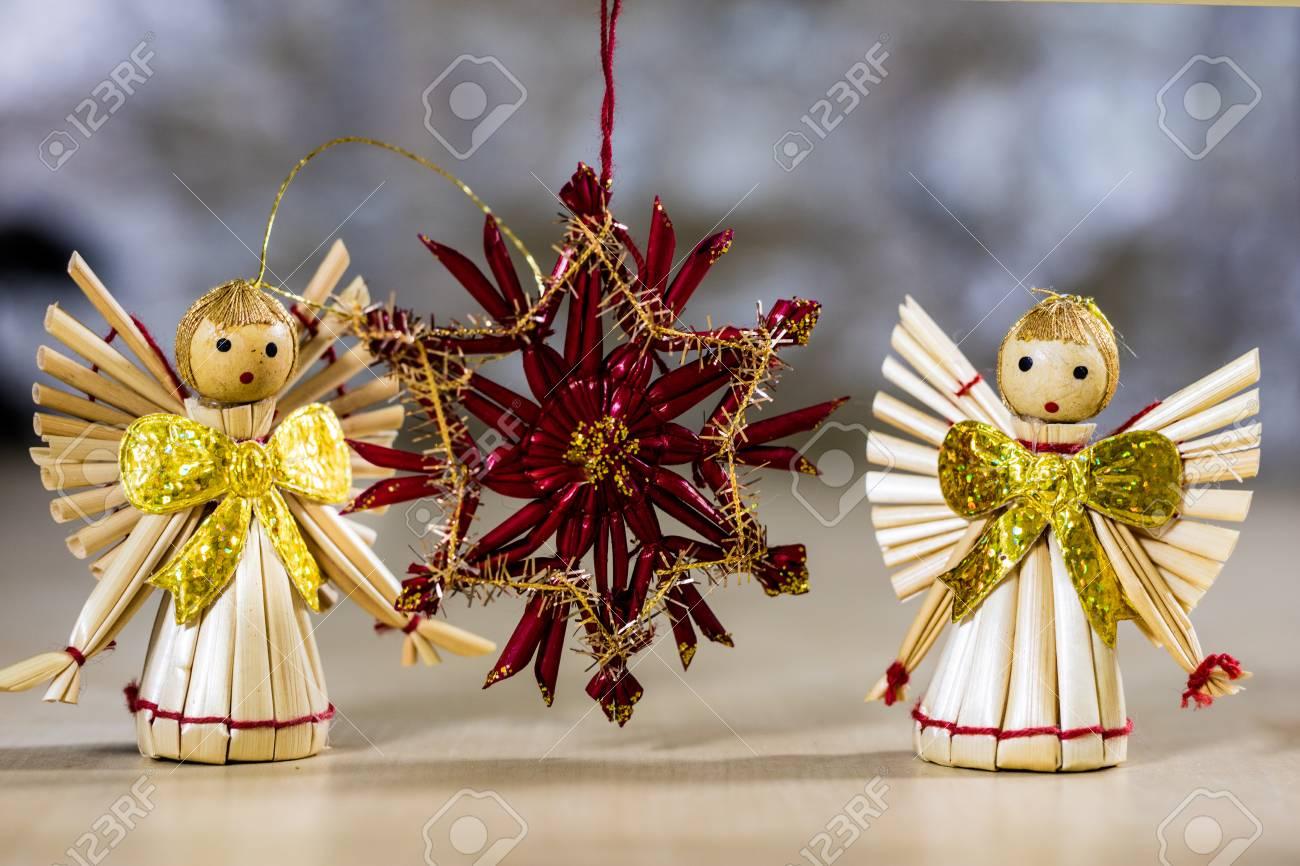 ed59c0cb030 Adornos navideños para Navidad. Adornos navideños hechos de paja.  Decoraciones en una mesa de
