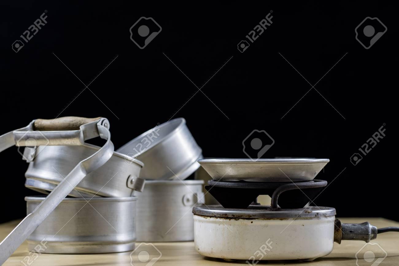 Elektrorasierer Zum Kochen Von Mittagessen Und Wasser Fur Tee Altes Kuchenzubehor Auf Einer Alten Heizung Schwarzer Hintergrund Lizenzfreie Fotos Bilder Und Stock Fotografie Image 96110831