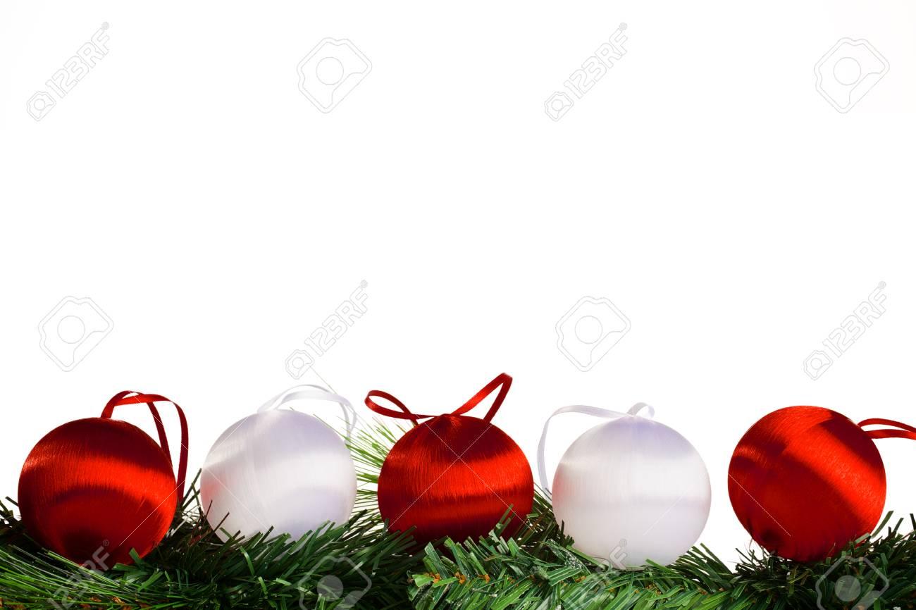 Boules De Noël Rouge Et Blanc Avec Vert Sapin Branche Sur Fond