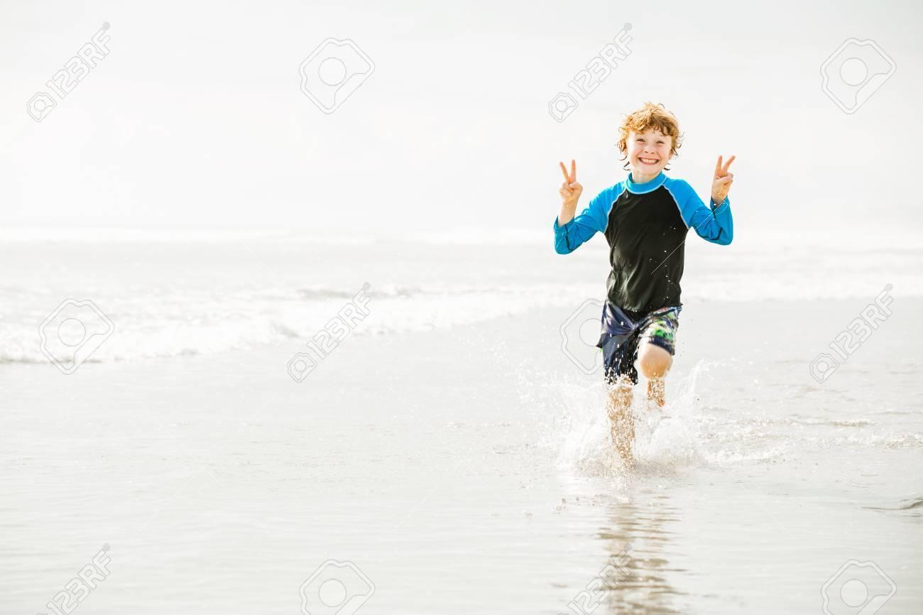 Pantaloncini Da Bagno Ragazzo : Giovane ragazzo in pantaloncini da bagno e giubbotto eruzione