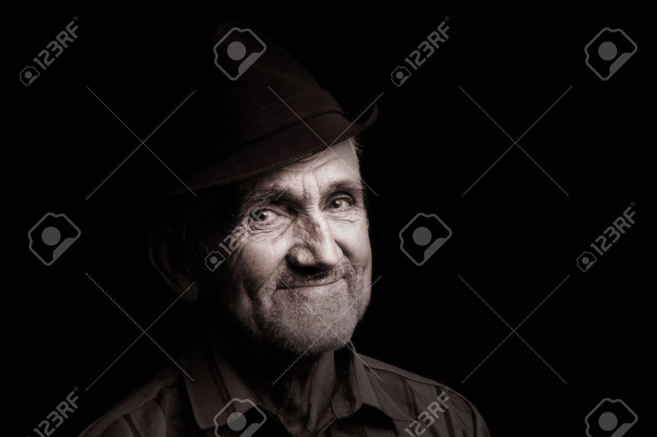 a4d1b71298f53 Banque d'images - Portrait d'un vieil homme avec un chapeau, isolé sur noir