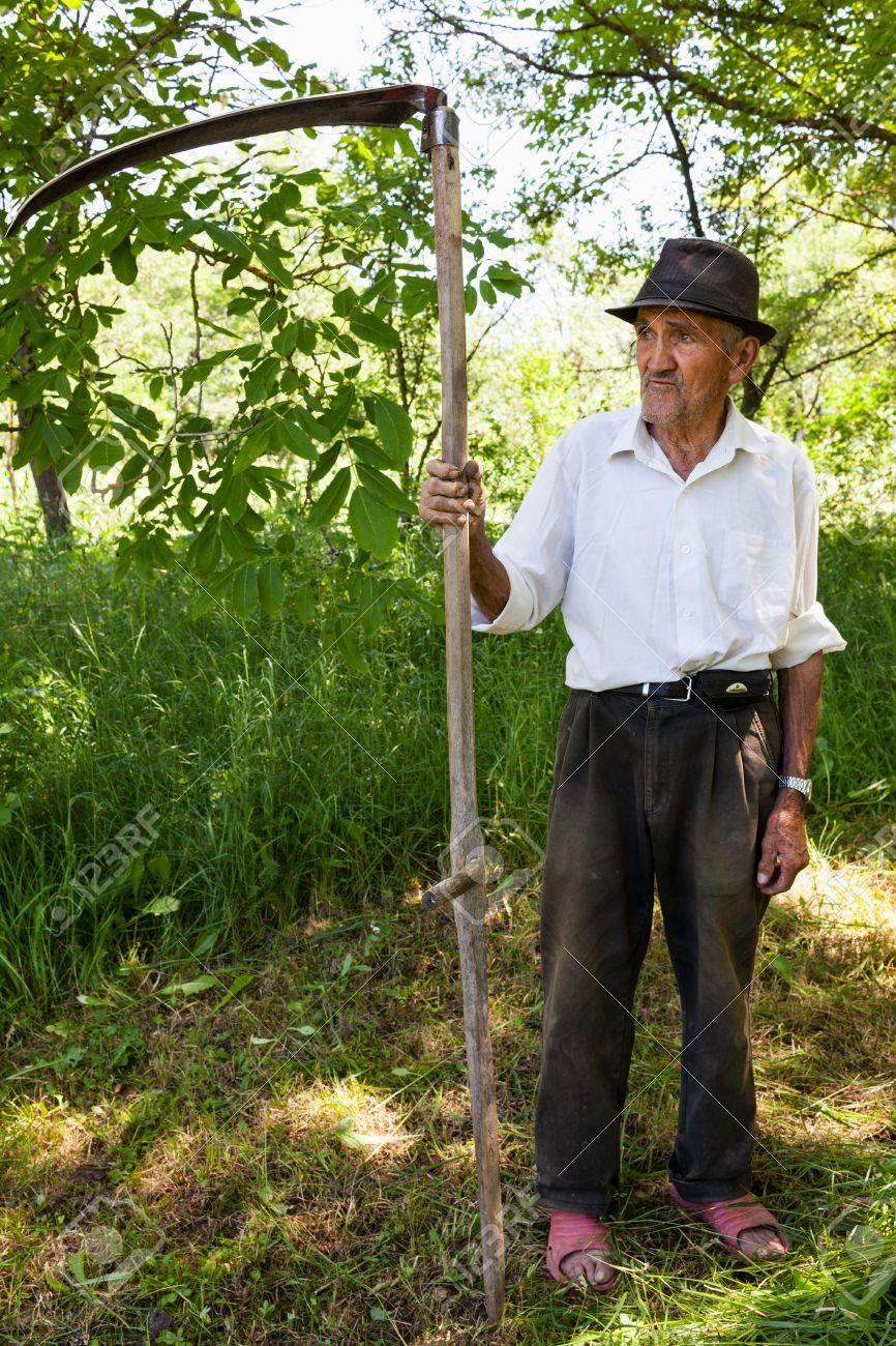 Geliebte Alter Mann Mit Sense Eine Pause Vom Rasen Mähen Lizenzfreie Fotos &OL_35