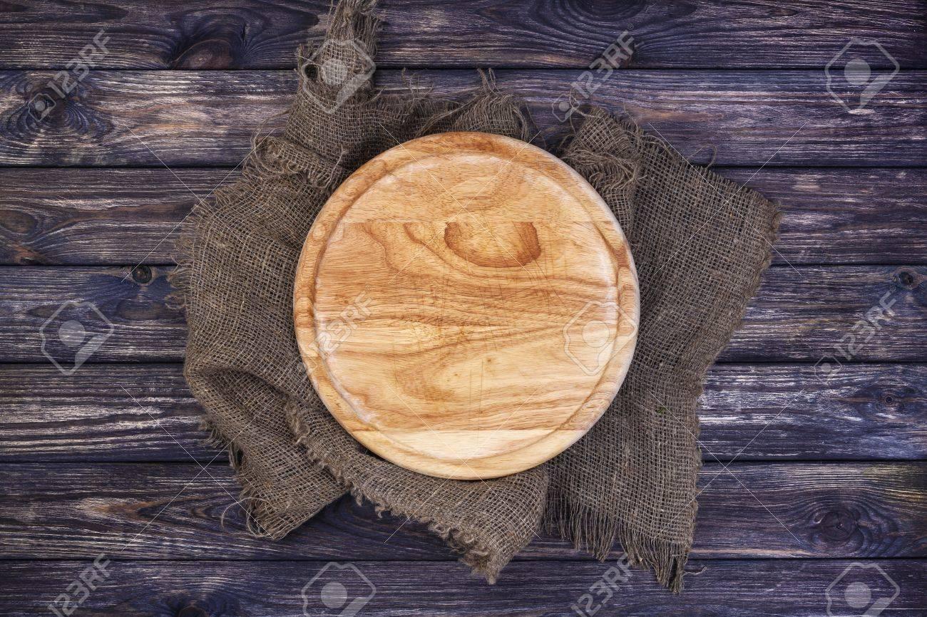 Plateau Rond Pour Pizza Sur La Table En Bois Sombre Planche A Decouper Sur Fond Rustique Vue De Dessus Copie Espace