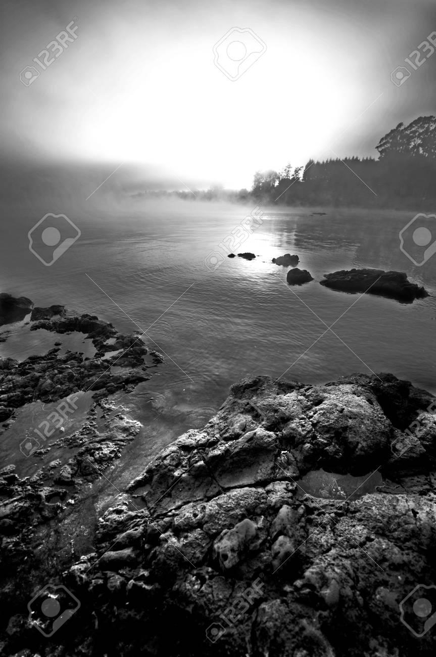 Agua Y Nubes En Blanco Y Negro. Bajo ISO Y Un Marco Completo. Lente ...