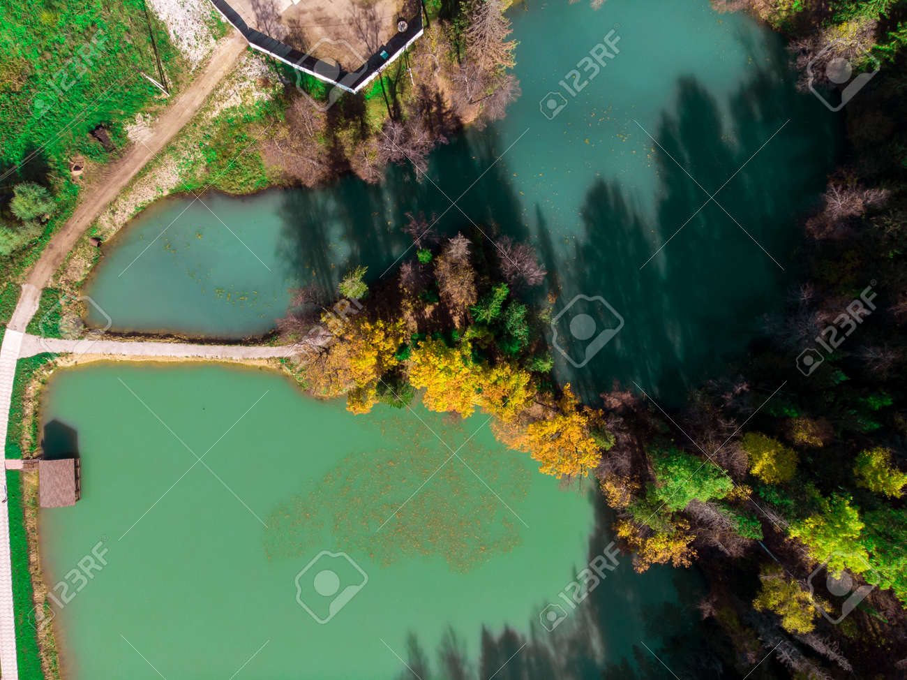 Top view of a beautiful blue lake among the autumn forest. - 171672546