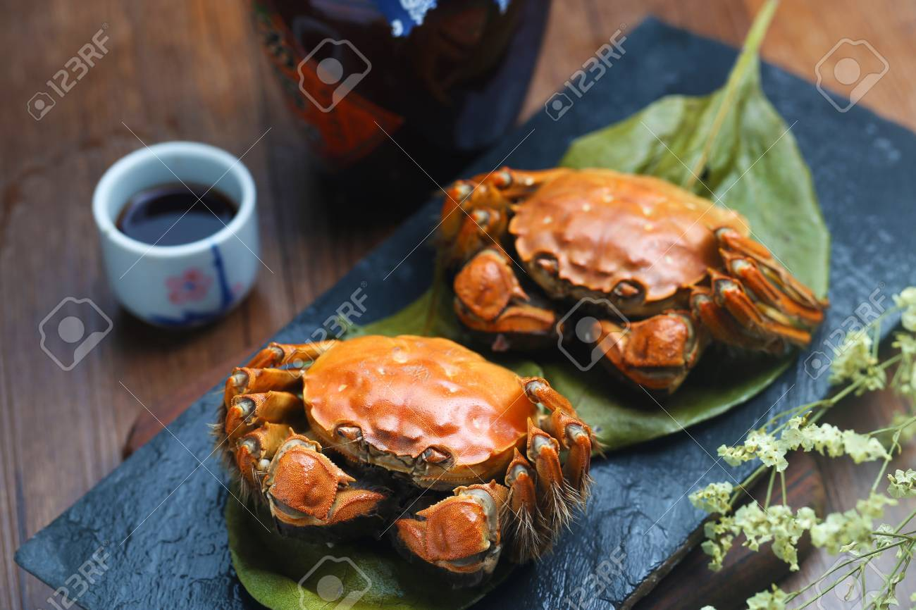 steamed crabs of China Yangcheng lake on stone board - 64765812