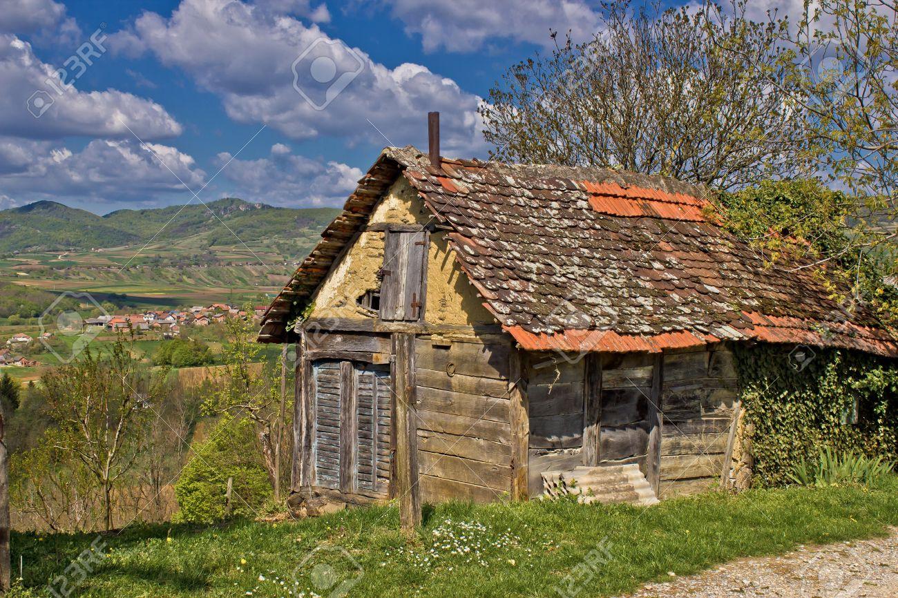 Hermosa Casa De Campo Escénico Viejo De Madera Y Barro En La Región De Las Montañas Kalnik