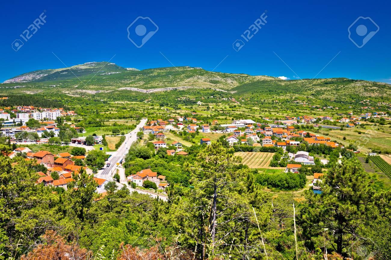 内陸のダルマチア、クロアチアの施設ポリエと町の Drnis を見る、緑の ...