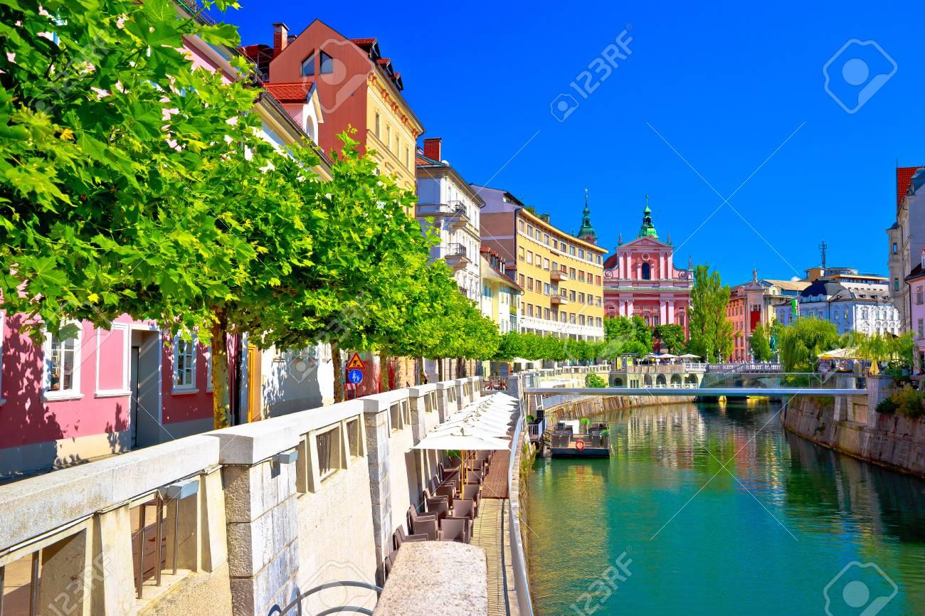 スロベニアの首都リュブリャナ市内歴史的な Riverfont ビュー の写真 ...