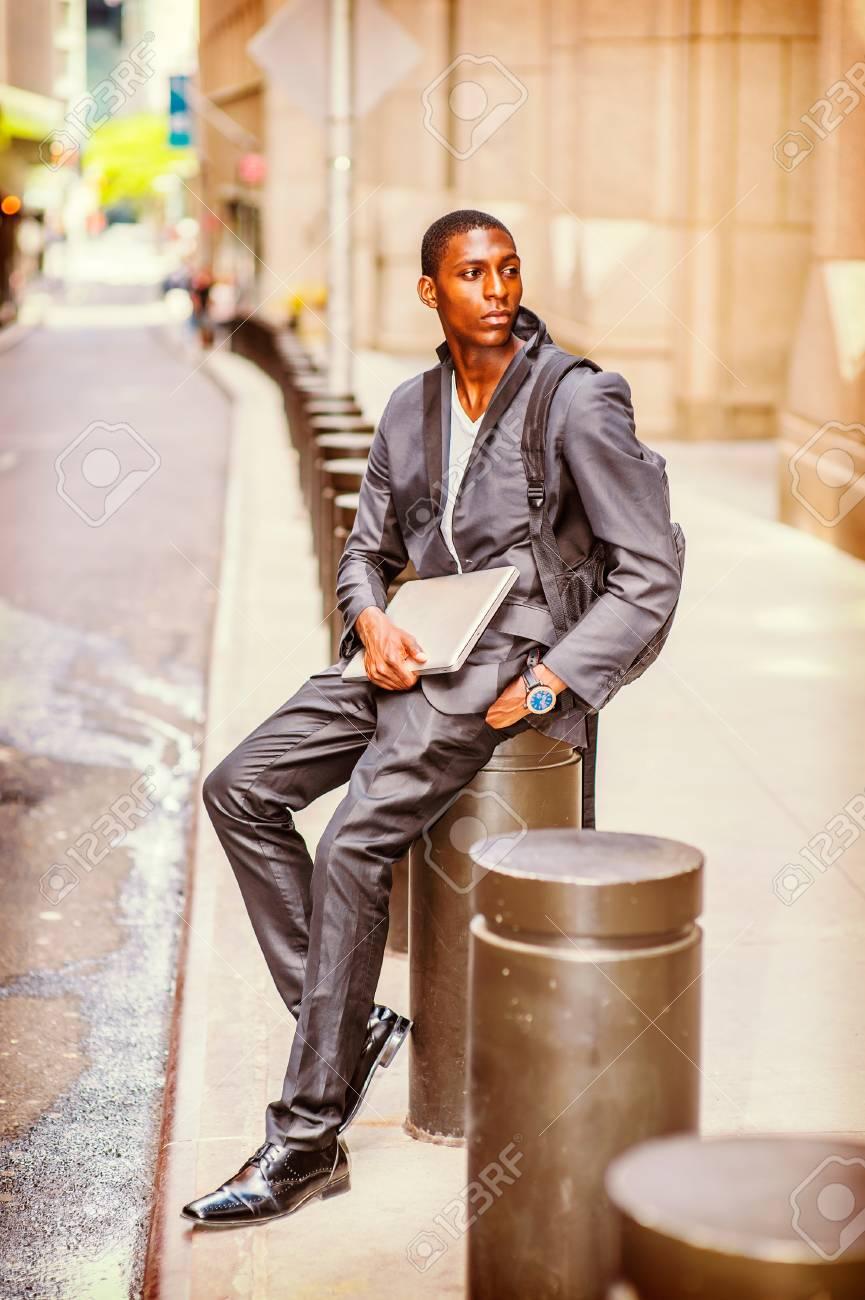 Rue La Un Pilier Afro Tenant New Jeune Bandoulière York Homme Portant Assis Travaillant Ordinateur Portable Sur à Voyageant américain à Un Sur Sac Un gx6FB6wAq