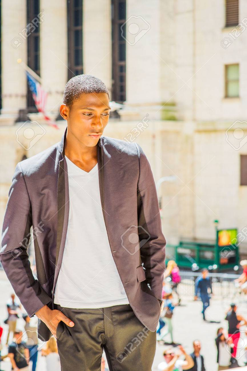 Junger schwarzer Teenager allein zu Hause