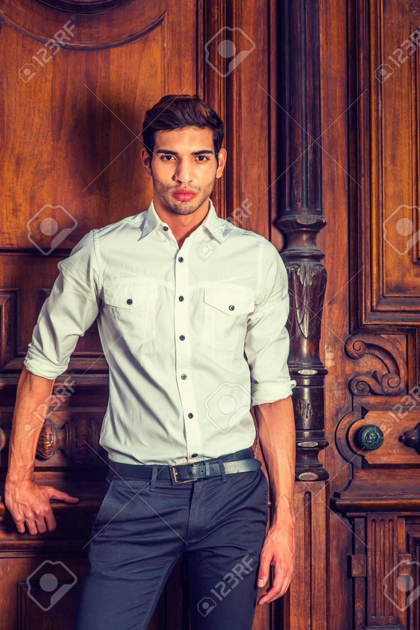 Homme D'affairesVêtu BlancheD'un Chemise Portrait D'une De Jeune rxhtsQdC