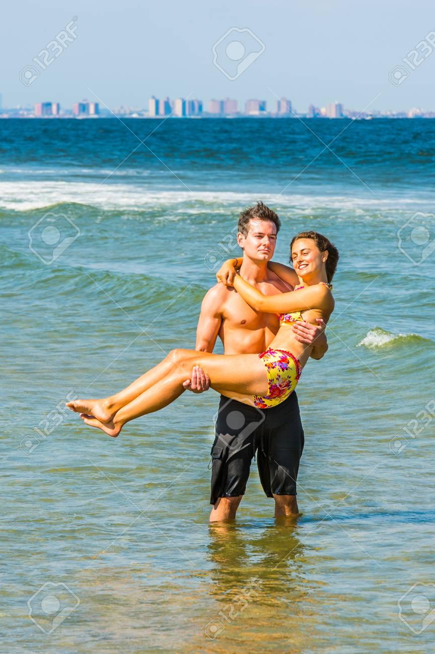 PlayaMuchacha Dos Piezas De Lleva Un Modelado RojoAmarilloIndividuo La Negro Desgasta Bikini Que Bañador En XluTwOZiPk