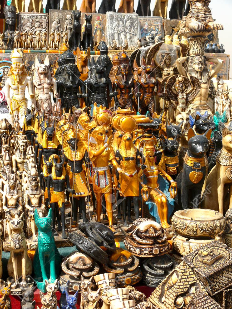 Suveniri - Page 8 37423411-typical-merchandise-of-souvenirs-in-a-street-market-at-cairo-egypt-
