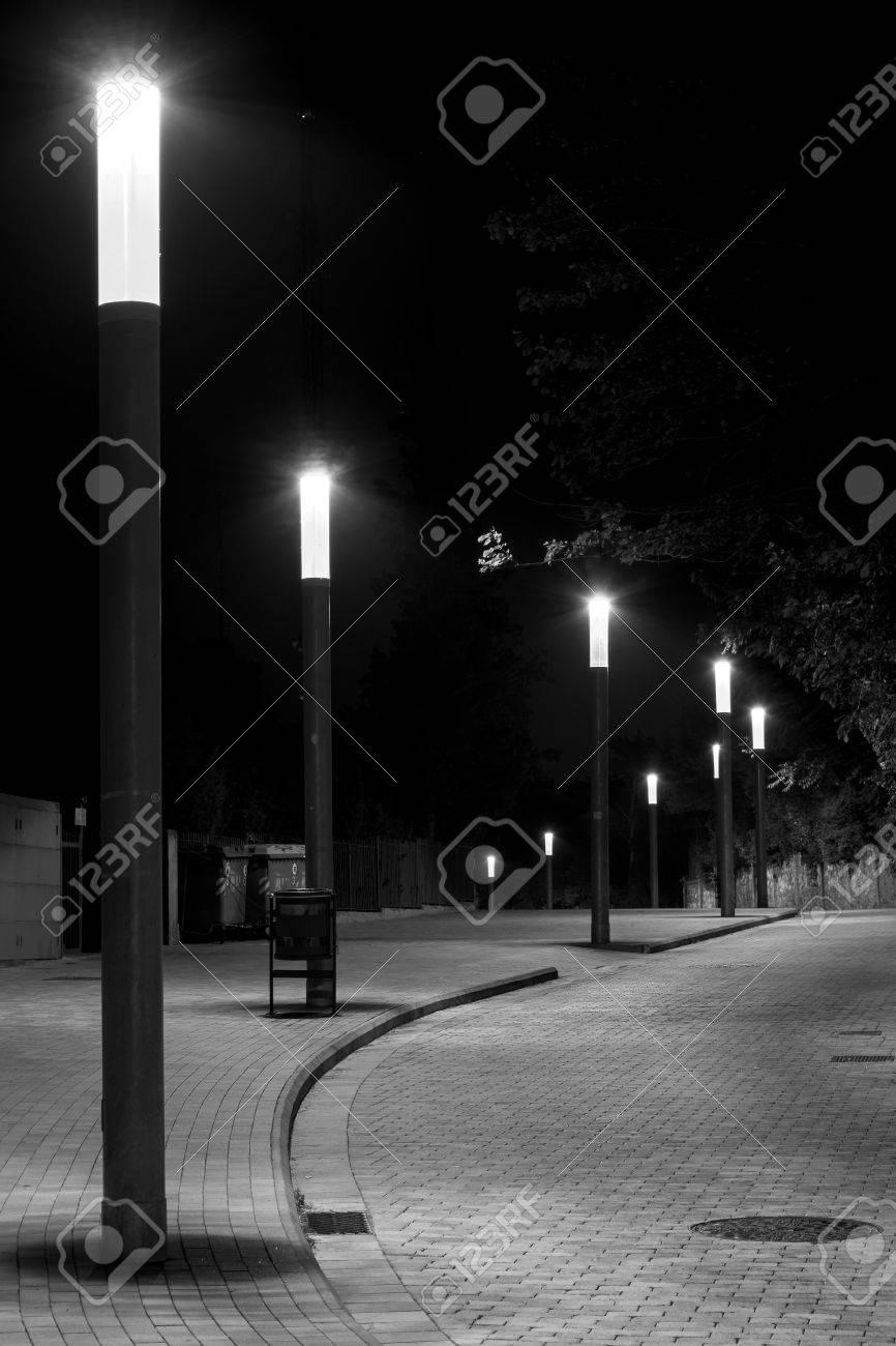 Nuit Photo De Rangee De Lampadaires Dans Une Rue Pavee Et Incurvee