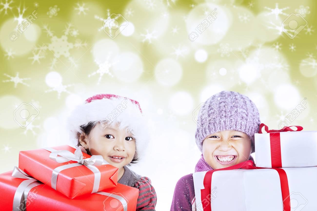 Regali Di Natale Fratello.Cappelli Fratello E Sorella Che Indossano Sono Pronti Ad Aprire I Regali Di Natale Su Defocused Luci Dorate