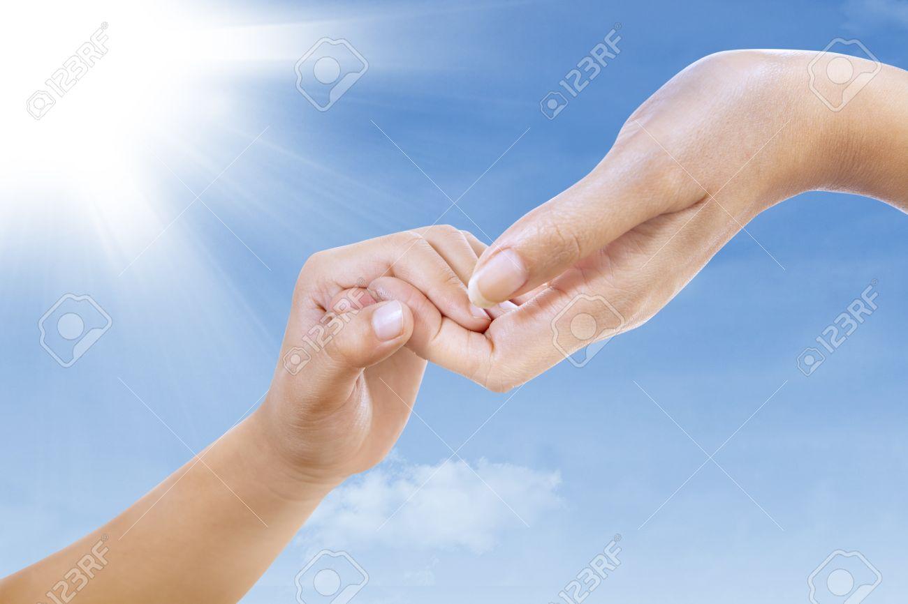 Handgesten Von Zwei Handen Mutter Und Kind Die Hande Unter Blauen