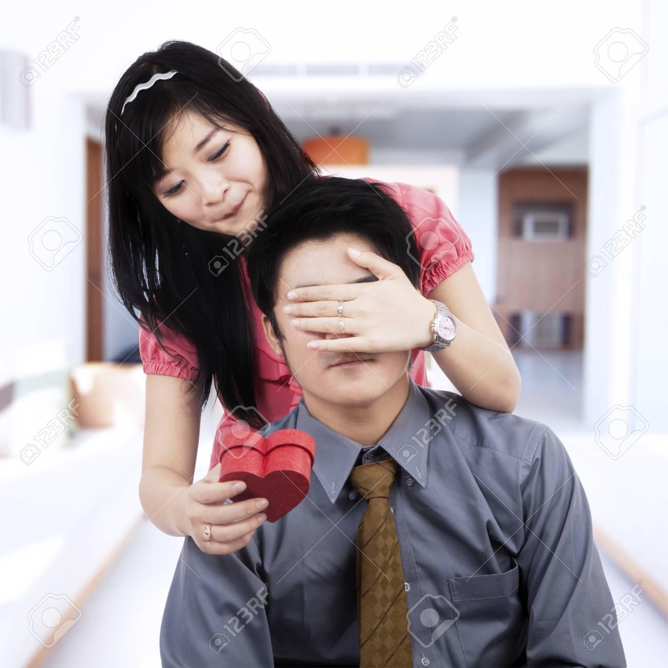 Chinesisches Mädchen, das indianische Kerl