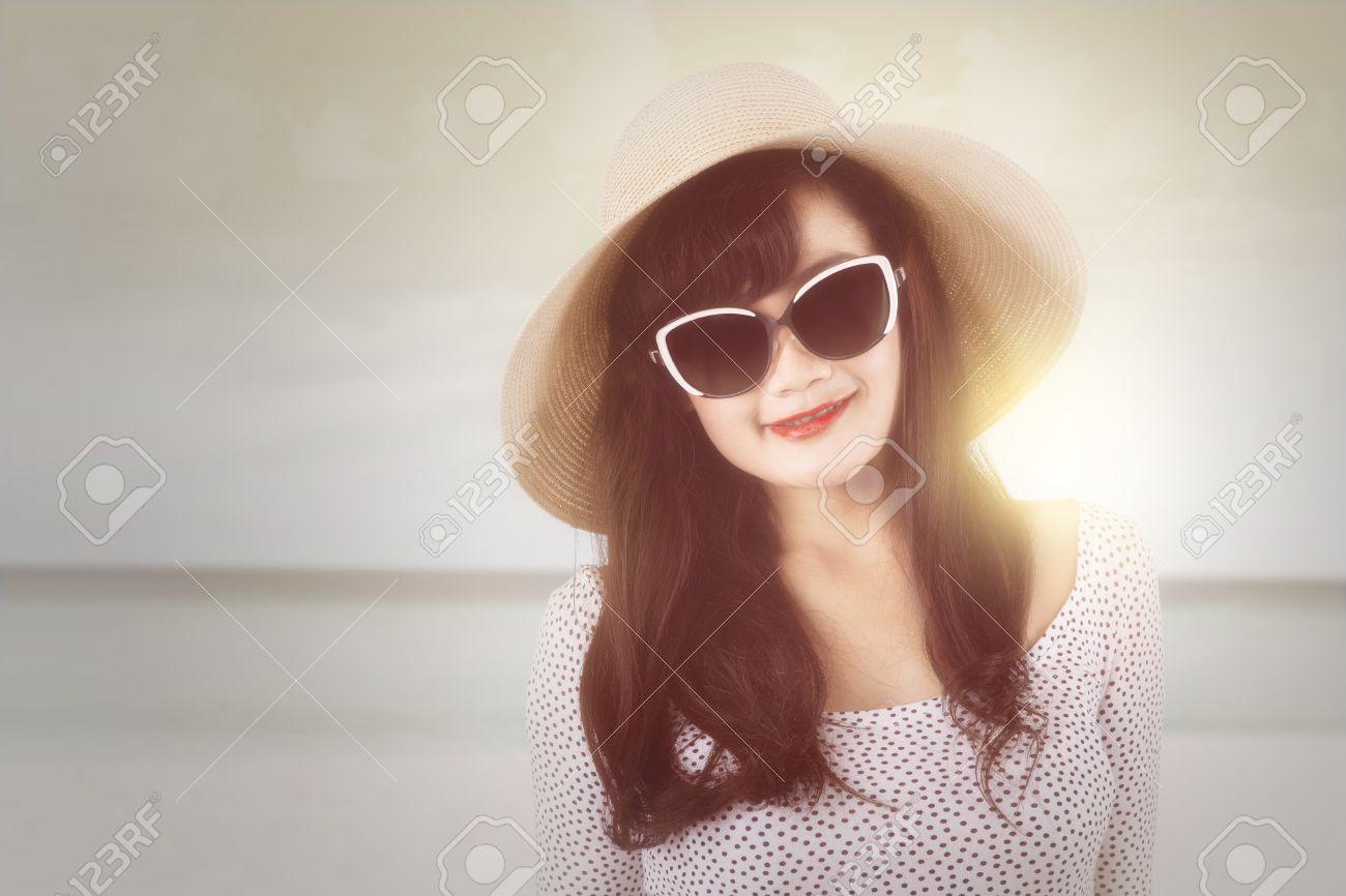 Portrait Plage Femme Avec Et La Soleil ChapeauDebout Sur Lunettes Des De Excitée 8nOZ0wPkNX