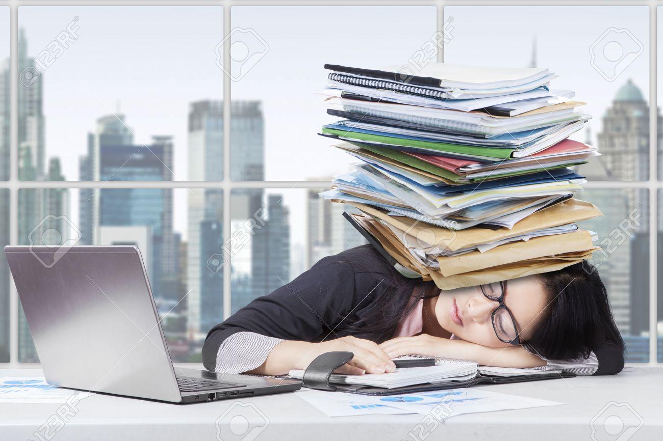 Portrait de femme d affaires épuisé dormir dans le bureau avec un