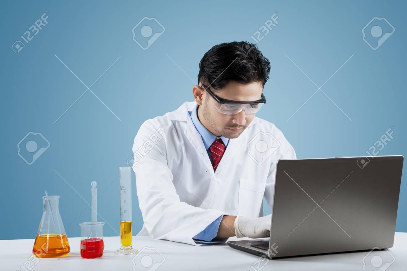 Portrait Du Scientifique Mâle Faire De La Recherche Avec Un Liquide