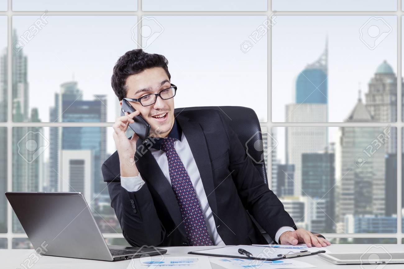 Photo de jeune entrepreneur arabe travaillant dans le bureau tout