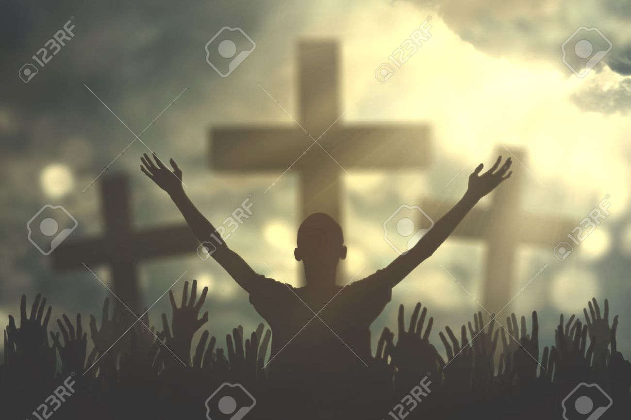 Silhouette de prières chrétiennes soulevant la main tout en priant le Dieu avec trois symboles croisés Banque d'images - 72688169