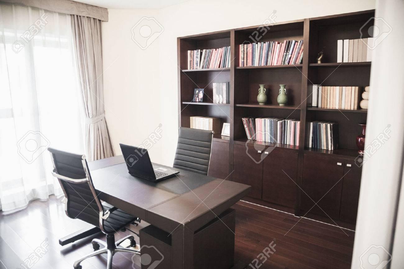 Bureau de la maison moderne avec des étagères banque d images et