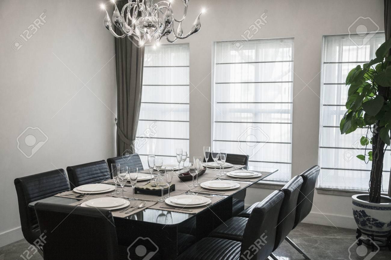 Comedor Con Muebles Modernos Y Lámpara De Araña. Fotos, Retratos ...