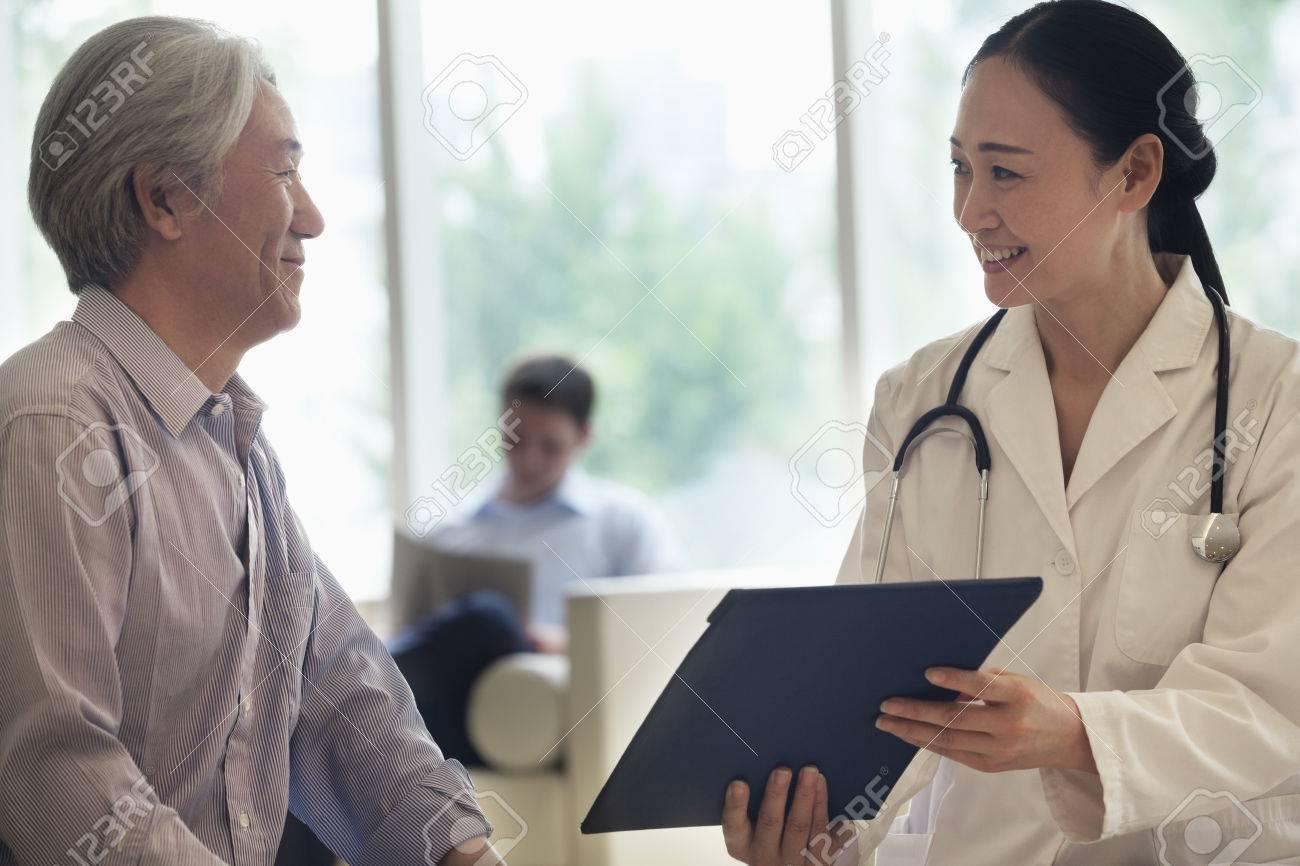 Femme Medecin Et Le Patient Asseoir Et Discuter De Dossier Medical A