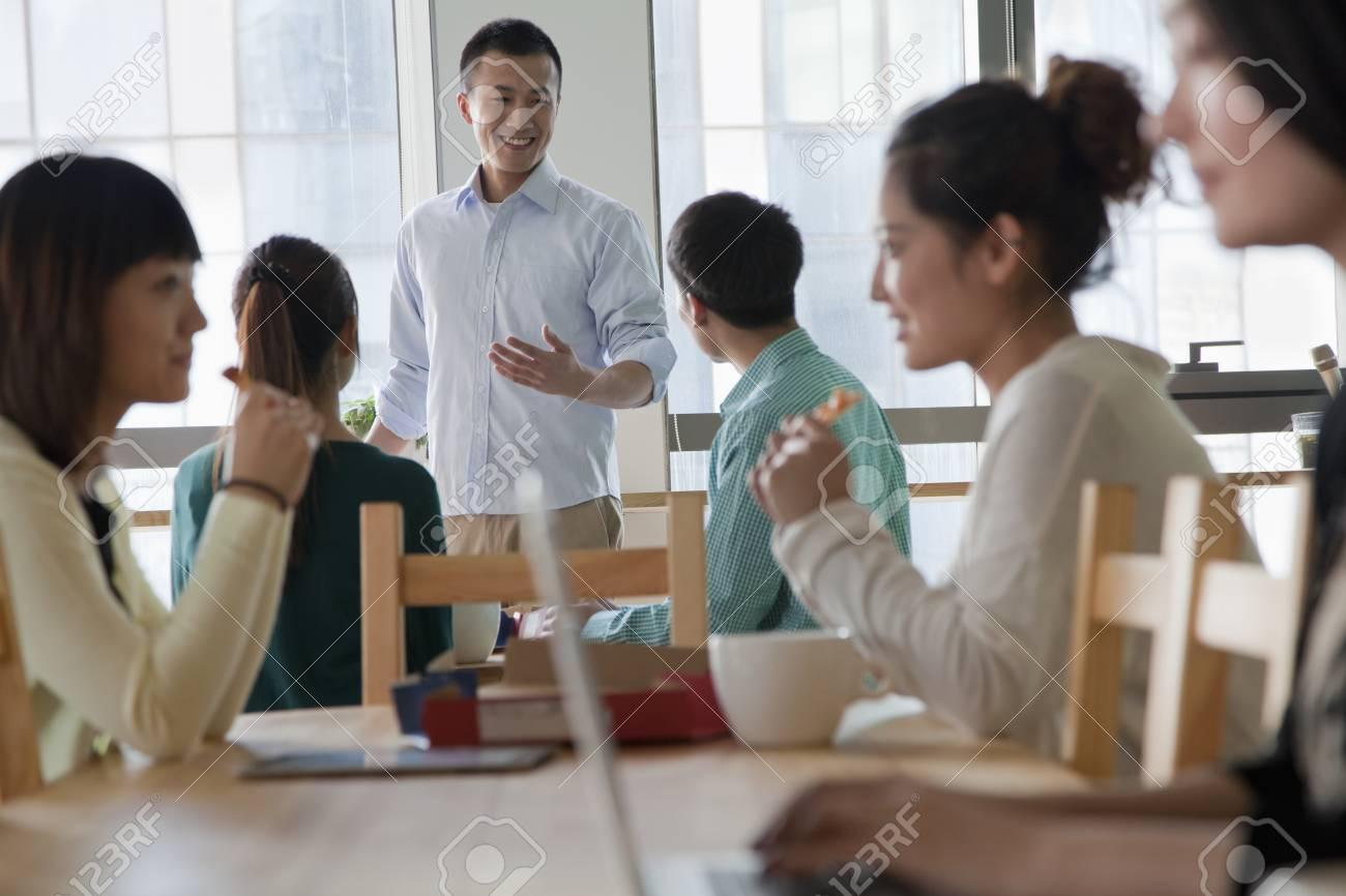 Pausa Pranzo Ufficio : Pausa pranzo in ufficio foto royalty free immagini immagini e