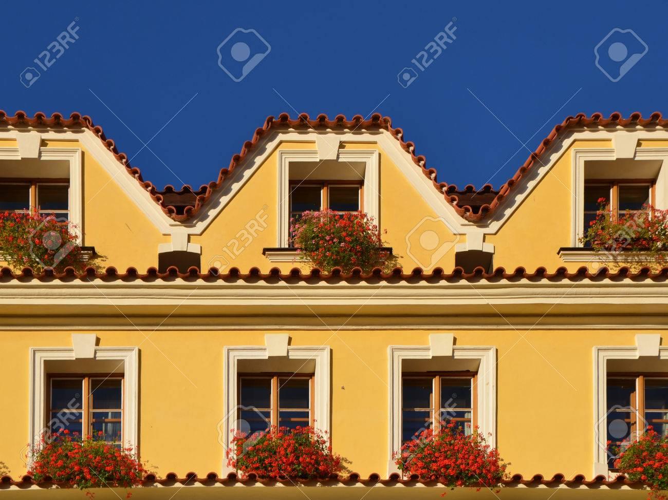 Relativ Europäische Gelbe Fassade Des Hauses. Prag, Herbst Lizenzfreie VO14