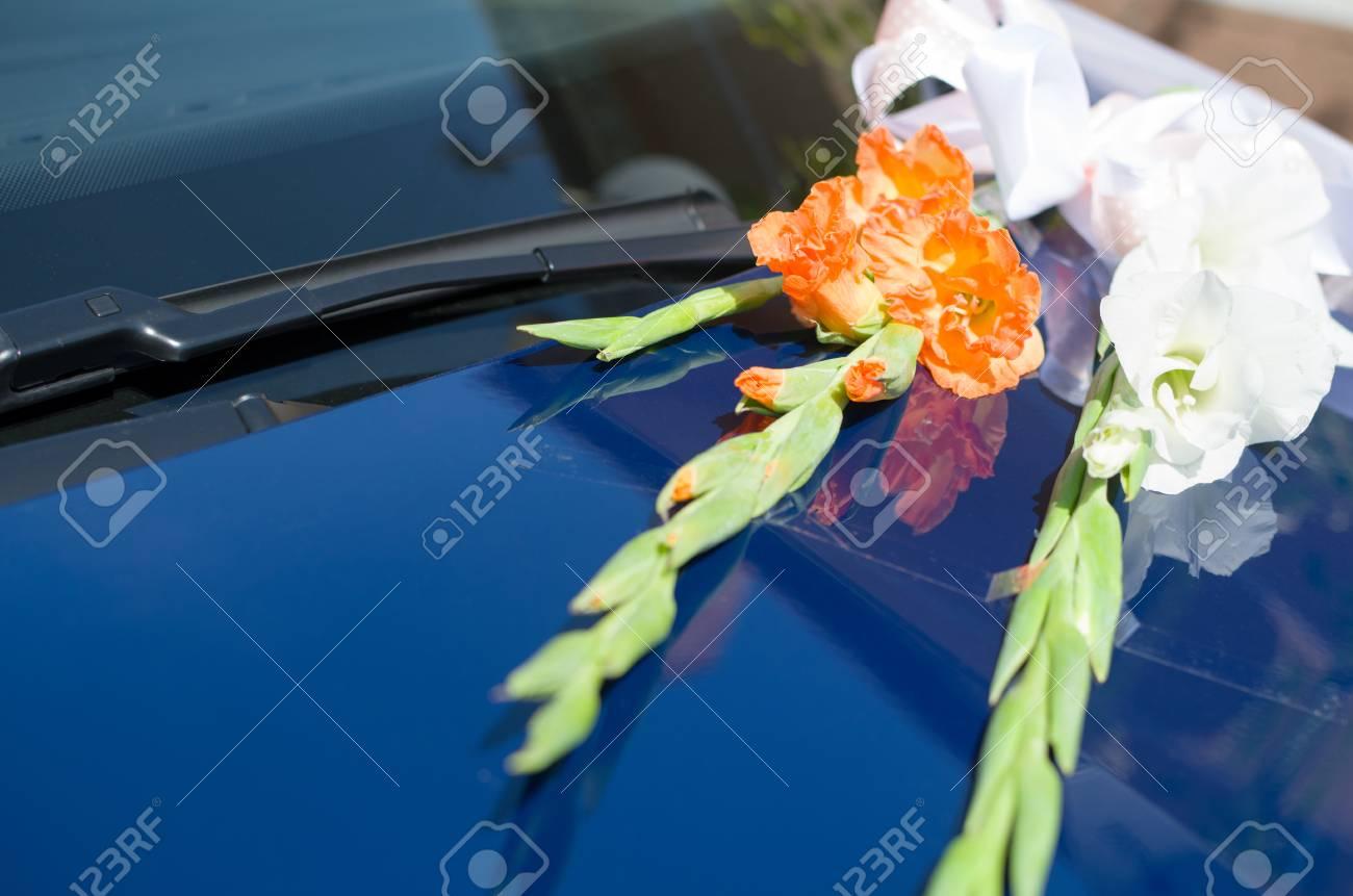 Orange Und Weisse Gladiolen Blumen Auf Blauem Hochzeit Auto