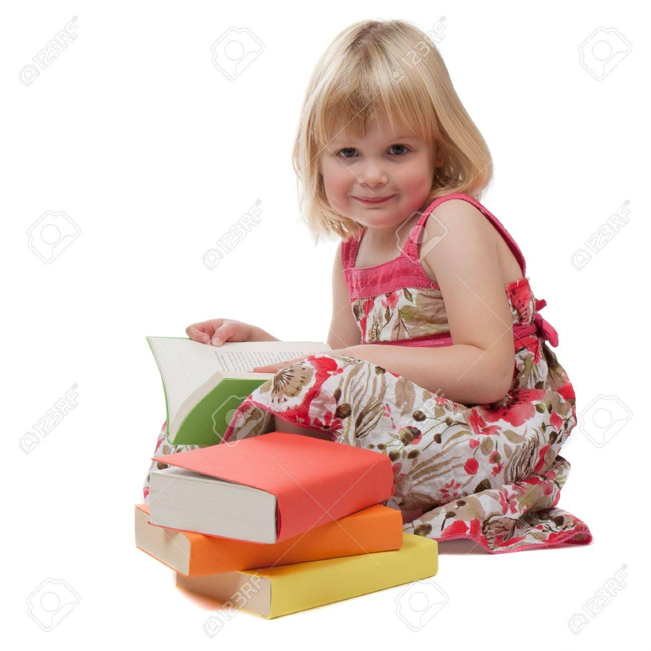 Une Fille De 4 Ans Dans Une Robe Rouge Lit Un Livre Une Pile De