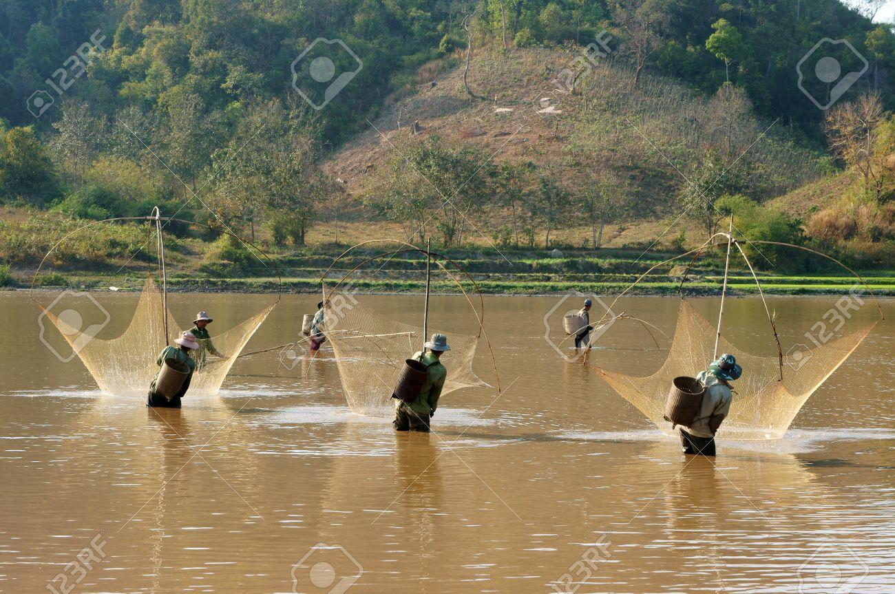 Buon Me Thuot VIETNAM-FEB 7 Personas Pescar En Zanja, Pescador Neta ...