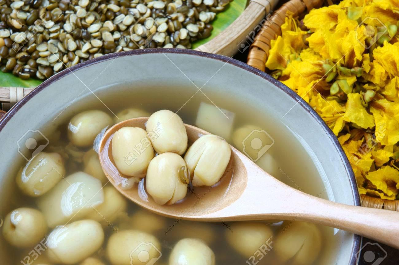 ベトナム料理、甘いハス種子粥、食材 ロータス豆、mung  豆、水栗、砂糖菓子。このベトナム料理デザートやスナック、非常においしい、おいしい、栄養物のために睡眠