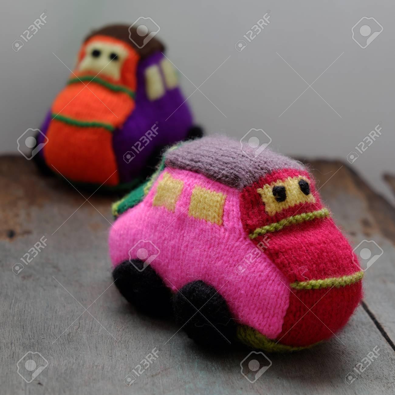 Handgemachtes Geschenk Fur Kinder Zwei Bunte Baby Autos Stricken