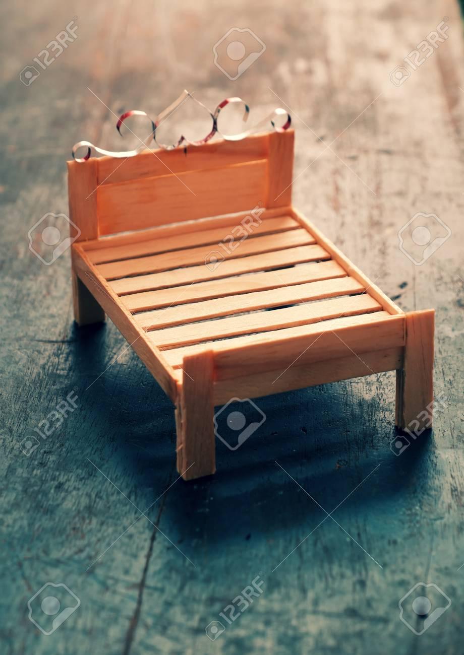 Atyhao Bajo en Miniatura de Madera Modelo de Mini bajo de Madera Modelo de casa de mu/ñecas en Miniatura Decoraci/ón del hogar Contrabajo en Miniatura de Madera con Soporte Arco y Estuche 10cm