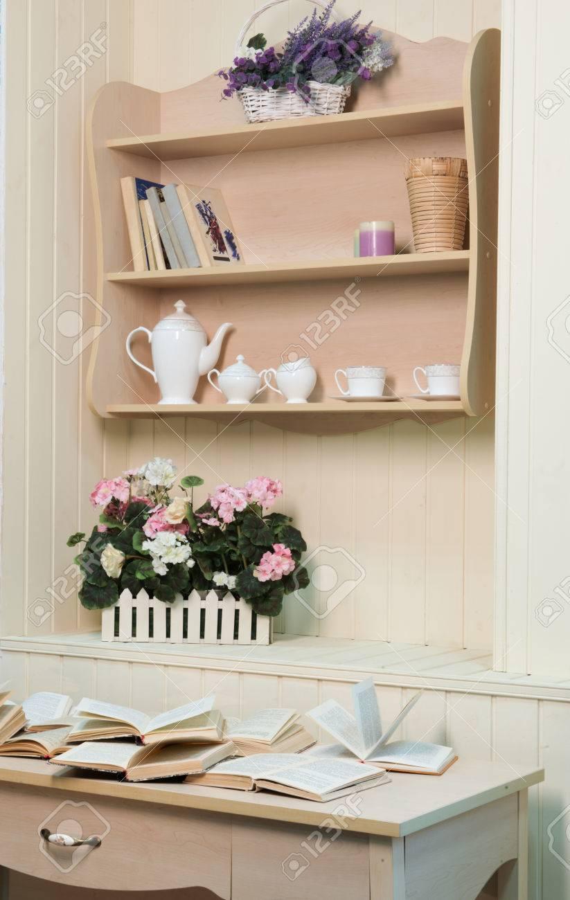Scaffali Per Libri Design.Frammento Di Interior Design In Stile Provenzale Decorata Con Scaffali E Libri Elegante Set Da Te E Fiori Provenzali