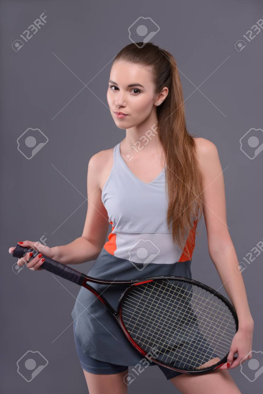 7c7119788b Estás listo para jugar. Retrato de mujer joven y hermosa en ropa deportiva  celebración de