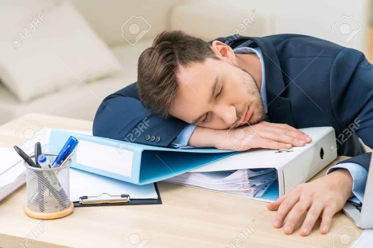 Besoin de dormir gros plan d un employé de bureau épuisé dormir