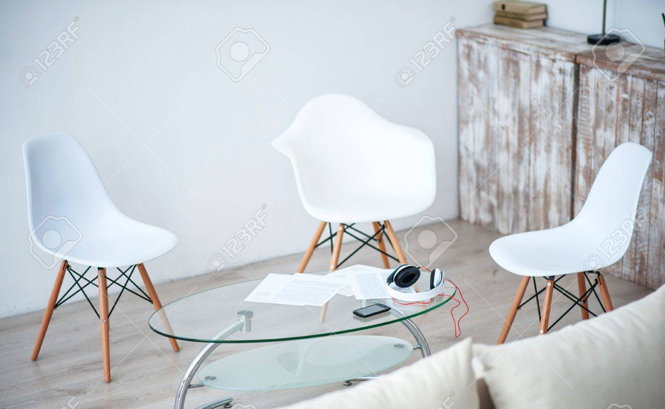 Banque Du0027images   Bel Ameublement. Vue De La Chambre De Lumière Agréable  Avec Des Chaises Blanches Debout Autour De La Petite Table En Verre