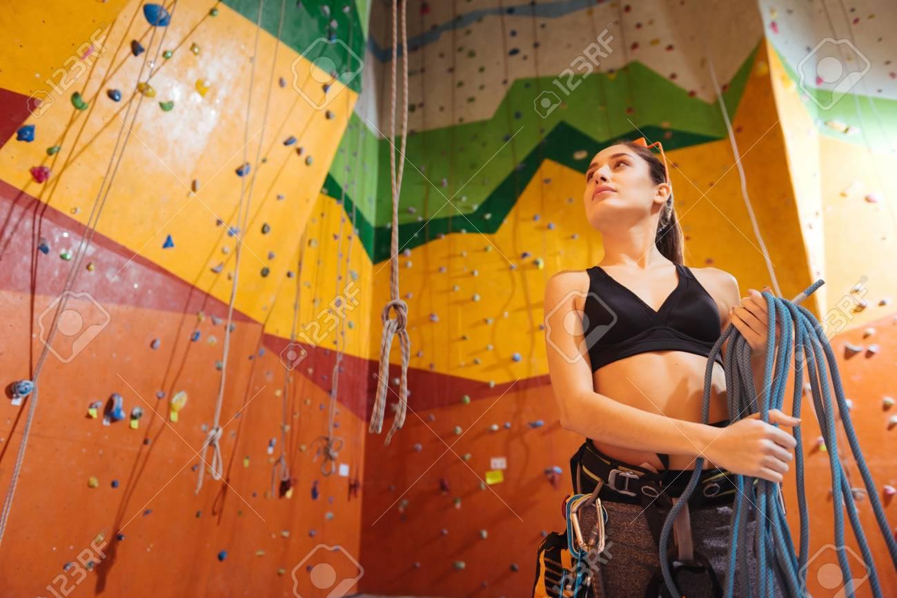 Kletterausrüstung Trier : Benutze es recht junge frau die sehr erfreut kletterausrüstung