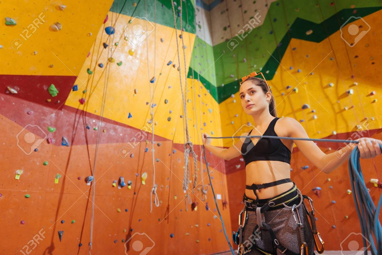 Kletterausrüstung Trier : Mach es besser ziemlich erfreut junge frau mit kletterausrüstung