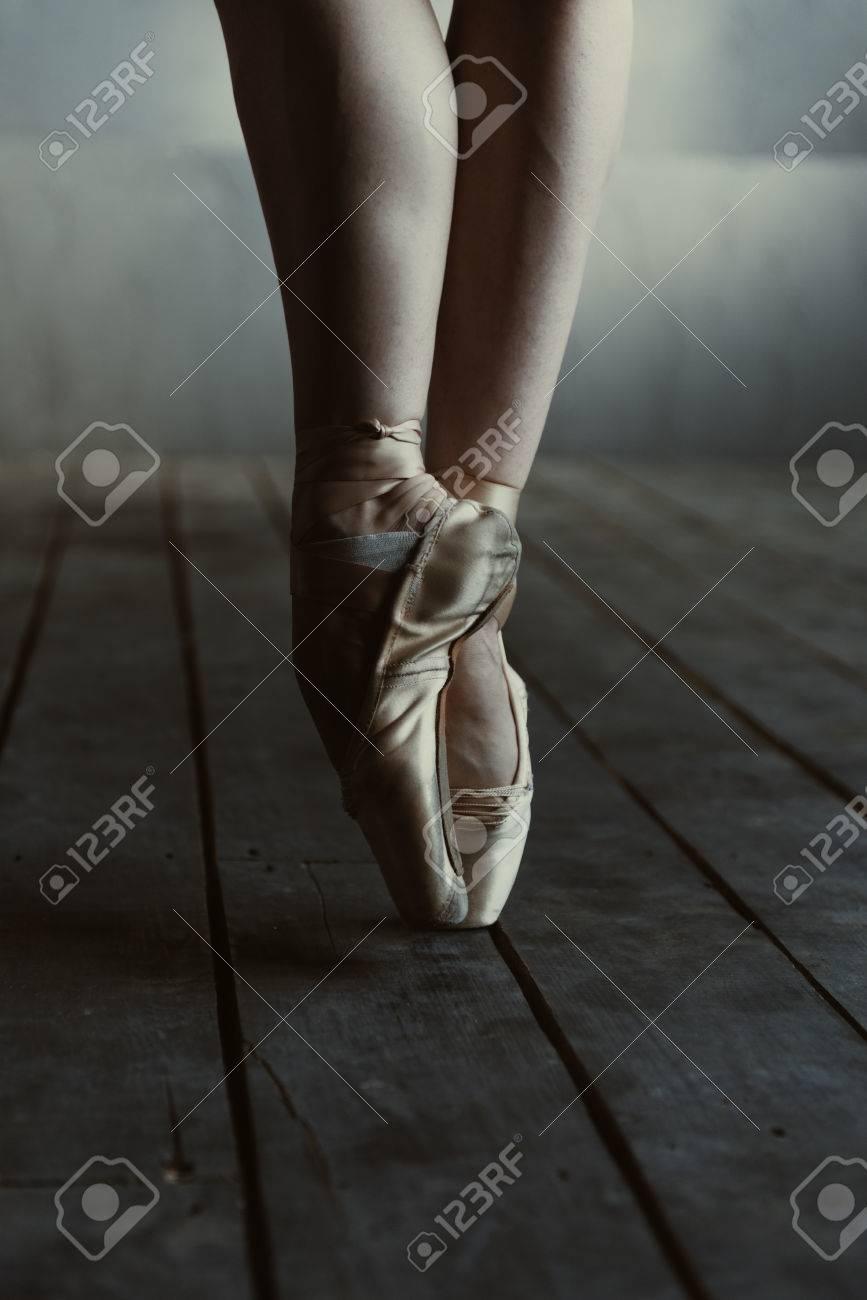 8fb61b89b Piernas bailarín de ballet agraciado. Concentrado bailarina de ballet  expertos competentes que muestra sus piernas, mientras que de pie aislado  en ...