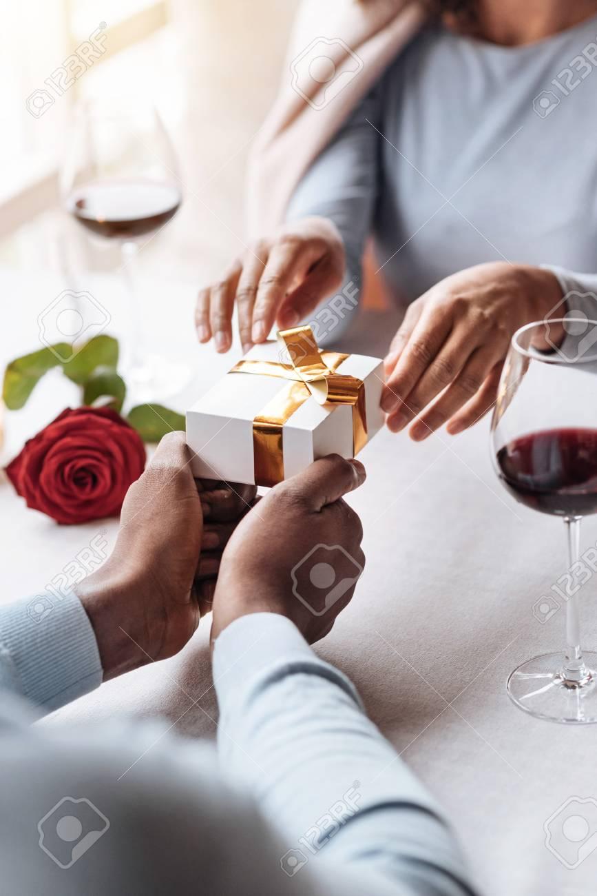 Mon Beau Cadeau D Anniversaire Femme Afro Americaine Acclamee Et Ravie Assise Dans Le Restaurant Avec Son Petit Ami Tout En Exprimant Le Bonheur Et En Recevant Le Cadeau Dans La Boite Banque D Images