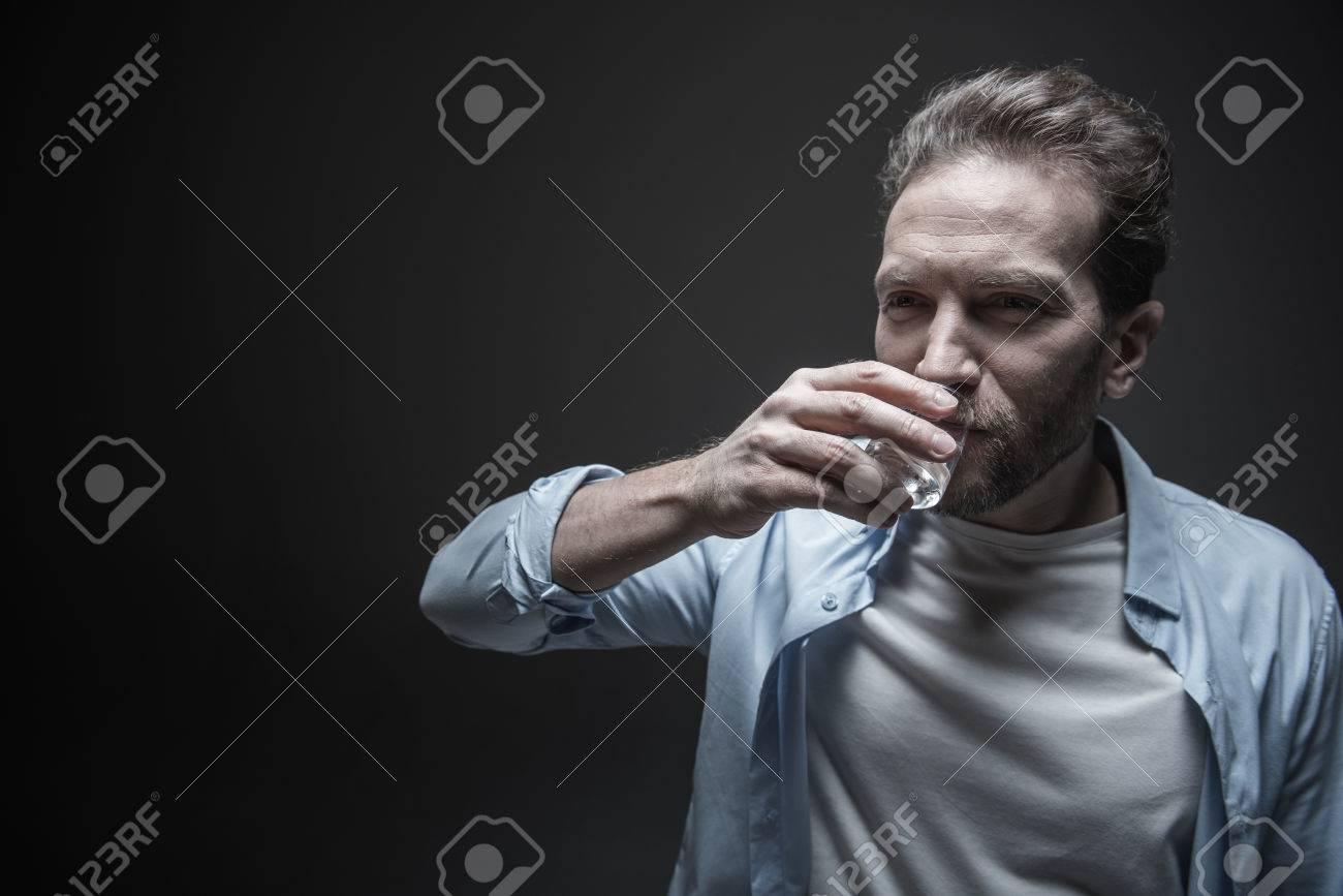 Eine Person, die trinkt