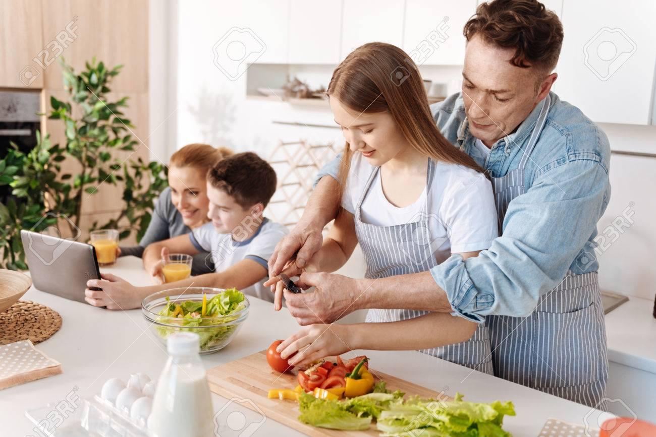 Immagini Stock Piacevole Padre Amoroso Che Da Alla Figlia Lezioni Di Cucina Image 75171075